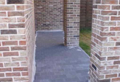 Réalisation d'un terrassement avec pavages et rampe de garage antidérapant